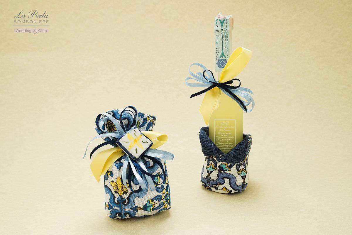 Sacchetto bombato con magnete in ceramica dipinto a mano e portaliquore con limoncello, prodotto dalla casa Amarischia. Anche Dolce e Gabbana hanno scelto per il 2020, i colori di Sicilia.