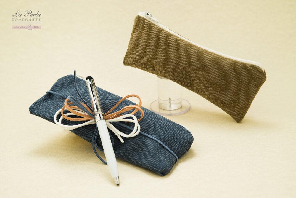 Linea NATURALE. Astuccio con zip in canvas naturale con penna touchscreen e fiocchi in cuoio colorato.