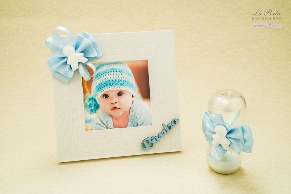 Linea Bebè con gessetto profumato applicato sul portafoto in legno bianco e sulla Clessidra. E' possibile personalizzare la cornice con il nome del vostro bimbo.
