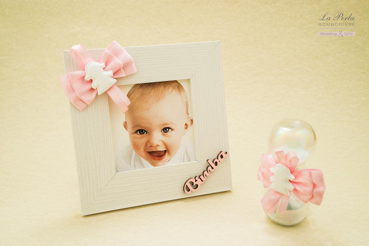 Linea Bebè con gessetto profumato applicato sul portafoto in legno bianco e sulla Clessidra. E' possibile personalizzare la cornice con il nome della vostra bimba.
