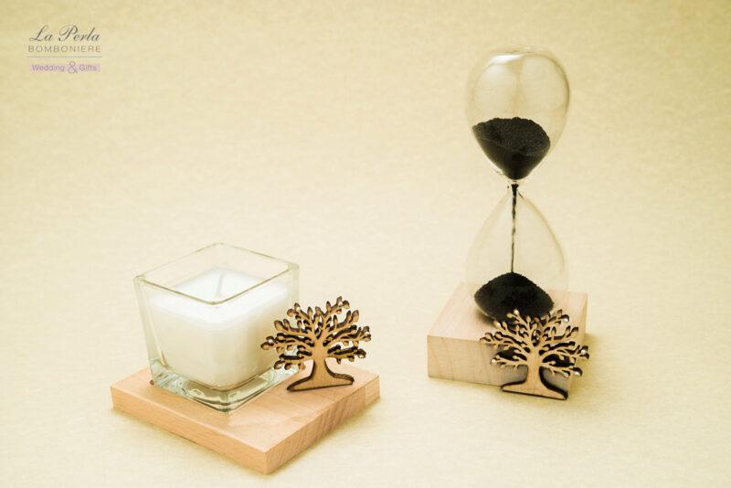 Candela con decoro albero della vita in legno e Clessidra con polvere magnetica su base in legno con decoro albero della vita.
