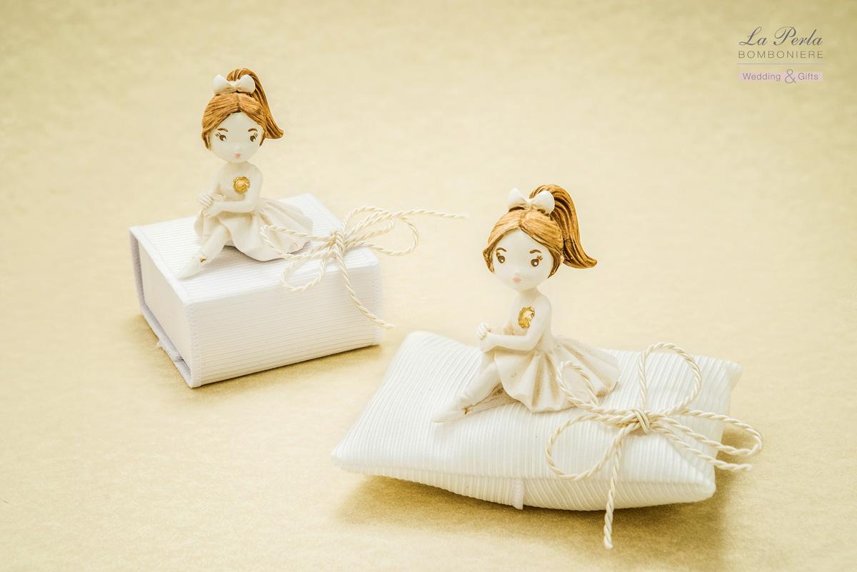 Ballerina in resina avorio seduta sulla scatola rivestita in tessuto bianco rigato e versione seduta su cuscinetto rettangolare. Tessuto e lavorazione rigorosamente Made in Italy.