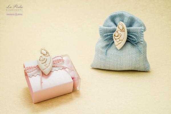 Per la Nascita o il Battesimo ecco il Magnete Maternità applicato sulla scatolina portaconfetti e sacchettino rosa o azzurro in tessuto di cotone tipo juta. Made in Italy.