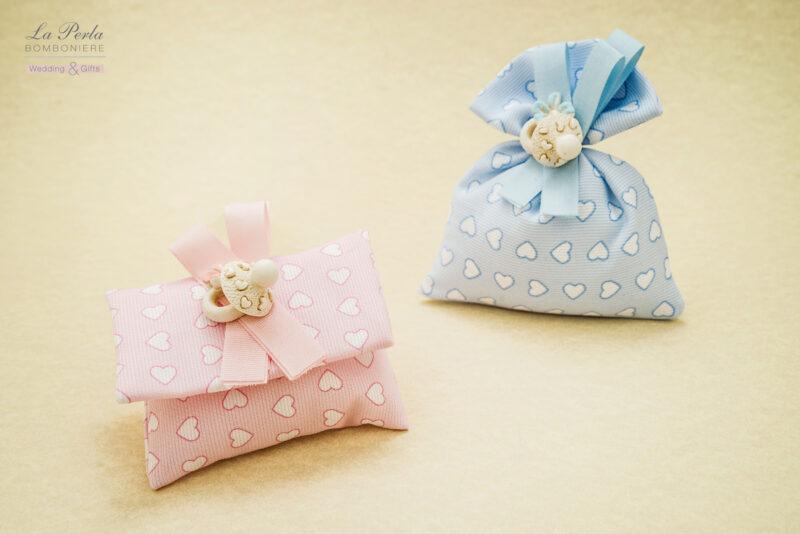 Linea cuoricini con ciuccio in resina applicato a sacchetto o bustina in cotone. Made in Italy.