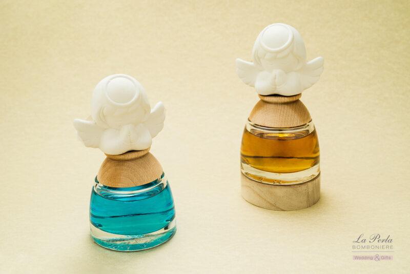 Profumatore con angioletto anche in versione con luce led alla base del piedistallo in legno. Diverse le fragranze: tè verde, vaniglia party, talco cielo e rosa.