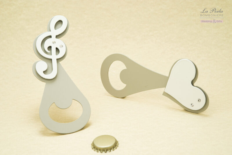Apribottiglia in metallo intagliato al laser, personalizzato con magnete a forma di Chiave di Violino, Cuore, Farfalla... Tutto certificato Made in Italy.