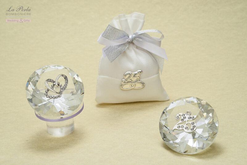 Prisma in cristallo con due cuori e simbolo delle Nozze d'Argento