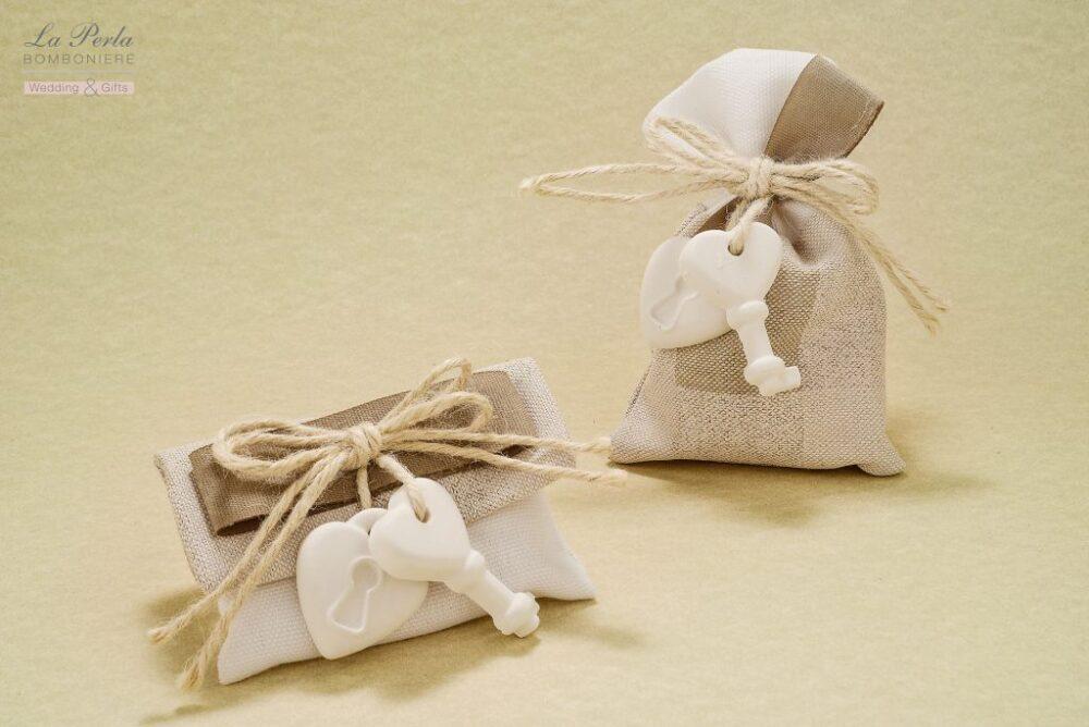 Bustina rettangolare e sacchetto in tessuto melange con gessetto a forma di lucchetto e chiave, simbolo di apertura e fiducia.